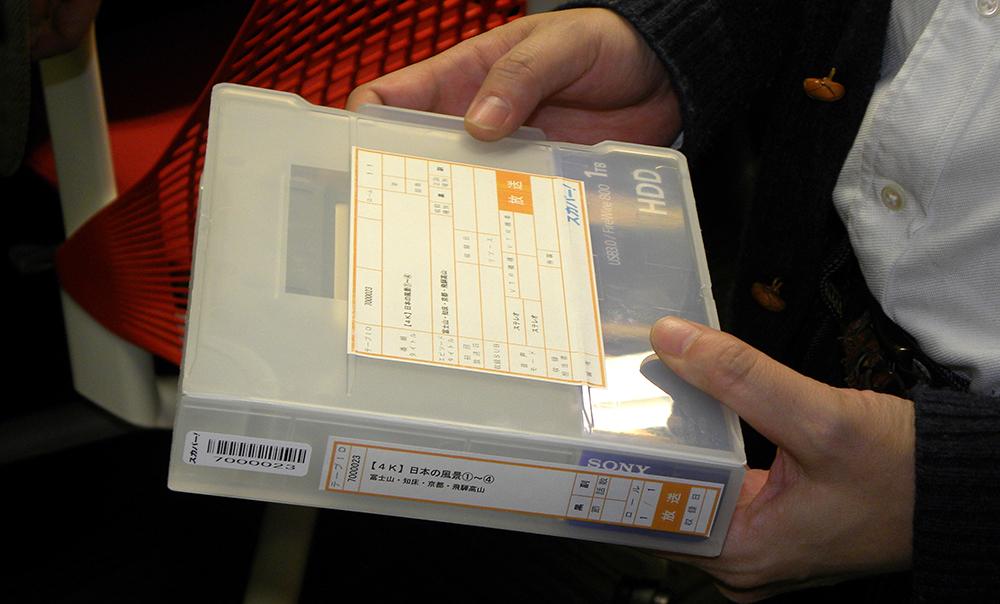 スカパー!納品用のポータブルHDD。ケースにテープ納品に使われていたシールが流用されているのは現場にとって安心感がある